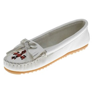Minnetonka Moccasins 604 - Women's Thunderbird II Kilty Moccasin - White Smooth Leather